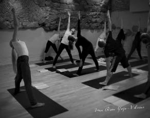 Mai Ram Yoga Ashram Vilnius jogos praktikos akimirka